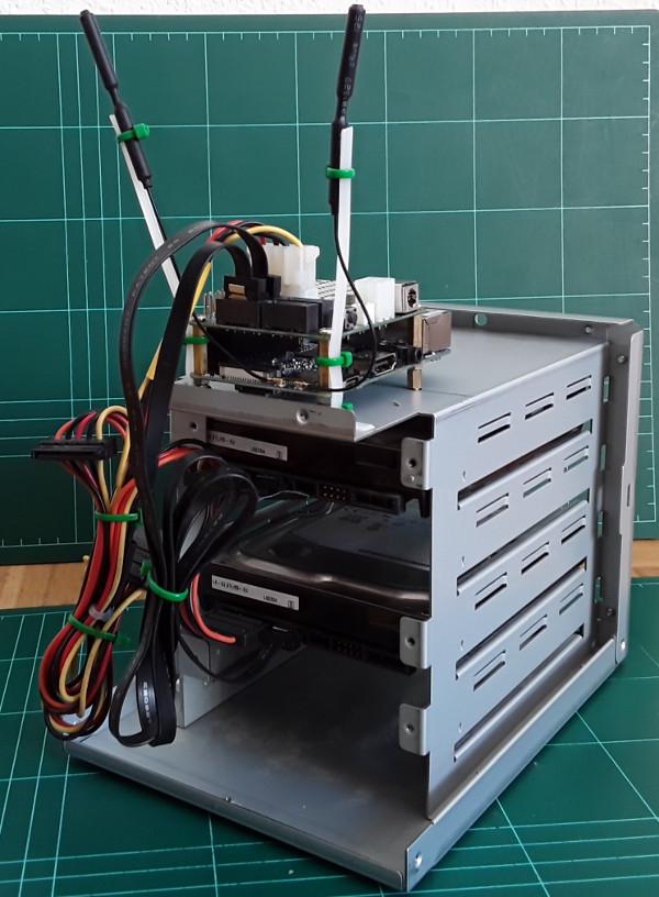 NASPI mit Festplatten und WiFi Antennen